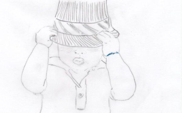 Kleines Kind, das sich mit einem Hut schützt - als Symbol für Personen-Versicherungen
