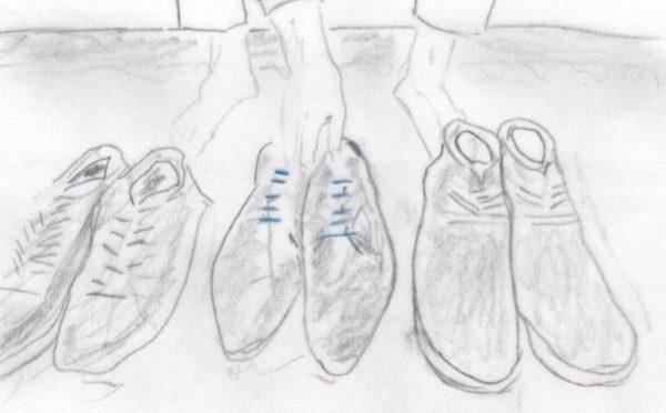 Eine Maßgeschneiderte Versicherungslösung - in der Grafik symbolisiert durch den Griff nach einem Paar ausgewählter Schuhe